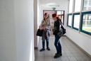 élèves patientant dans un couloir