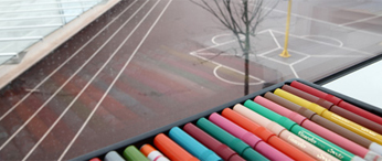 feutres et vue sur une cour de collège