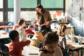 Jeune enseignante avec élèves