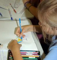 Photo d'un élève d'école élémentaire, en classe