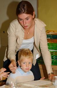 Photo d'une enseignante dans une classe