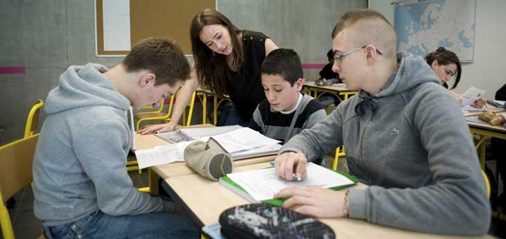 Collège - élèves de troisième et enseignante