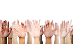 Les mains levées