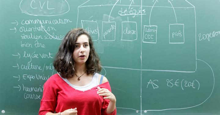 Lycéenne devant un tableau expliquant les missions du CVL